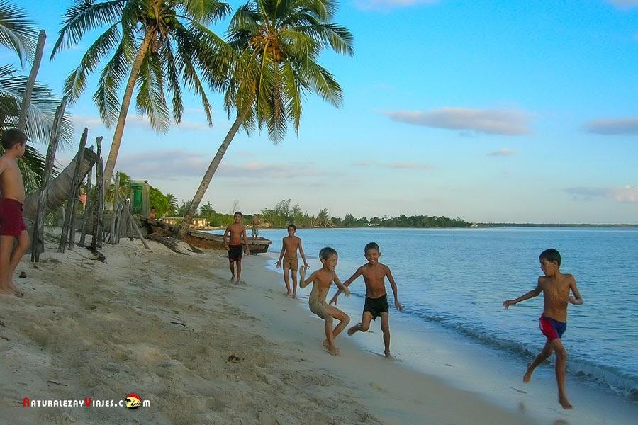 Niños jugando en Playa Larga