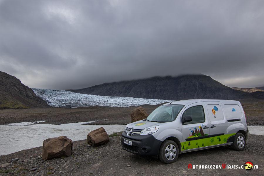 Campervan junto a glaciar en Islandia