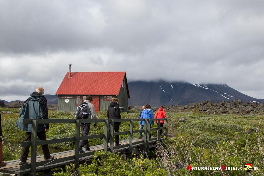 Excursionistas junto al volcán Herdubreid, Tierras Altas Islandia Highlands