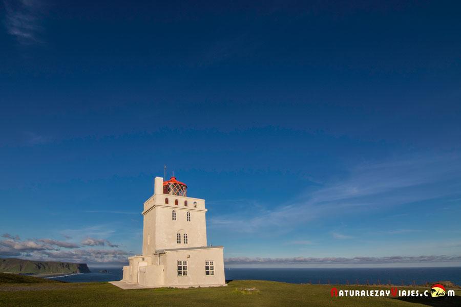 Faro junto a Dyrhólaey, un imprescindible de las Playas negras de Islandia