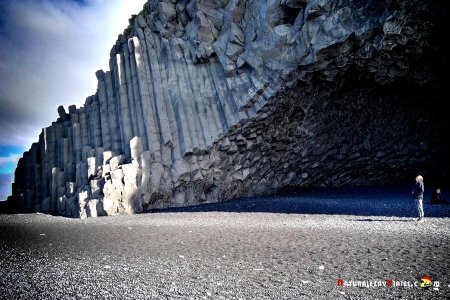 Reynishverfi, Columnas de basalto en Hálsanefshellir, junto a una de las Playas negras de Islandia