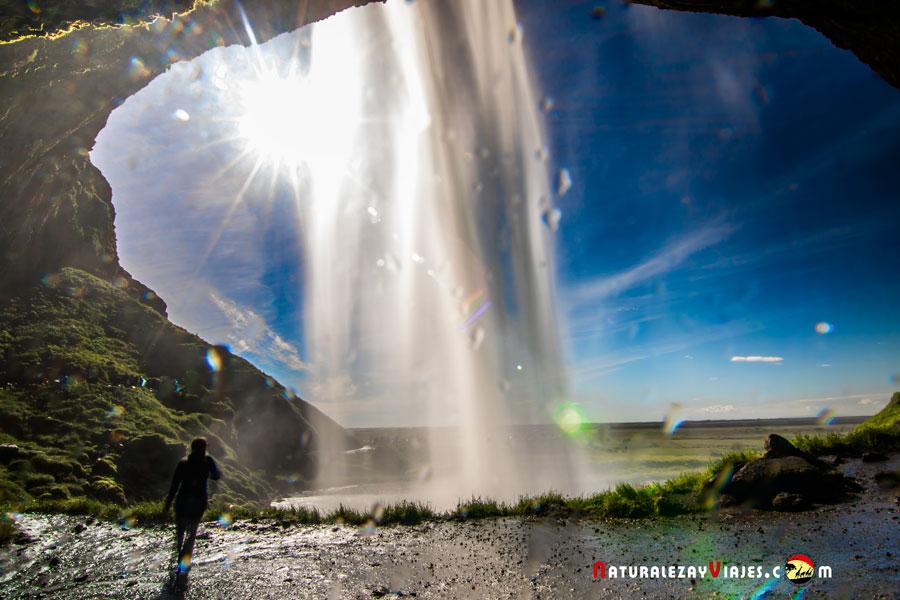Seljalandsfoss desde atrás en Islandia
