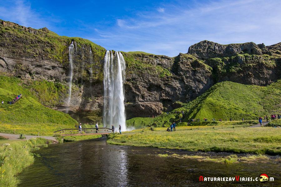 Seljalandsfoss desde el río líquido, Islandia