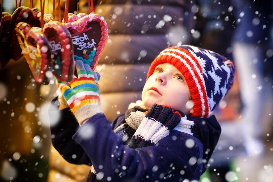 Niño en Mercado de Navidad alemán