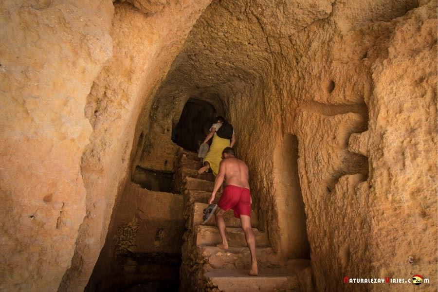 Acceso a Praia Carvalho, viajar con niños al Algarve