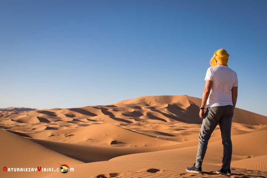 Antonio Ruiz en las dunas de Erg Chebbi, Merzouga, Marruecos