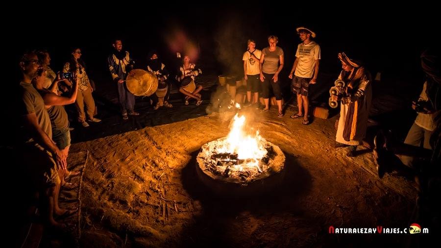 Momento de danzas y cantes bereberes en el campamento, Merzouga