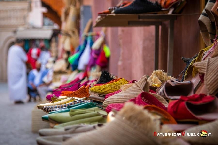 Babuchas en el zoco de Marrakech, Marruecos