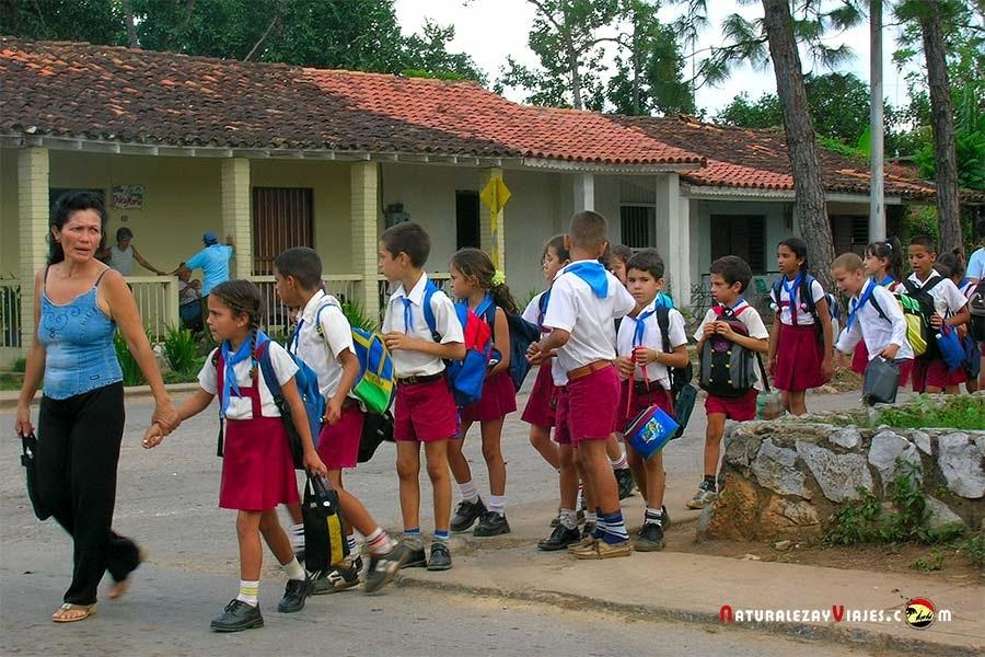 Niños en un colegio de Viñales
