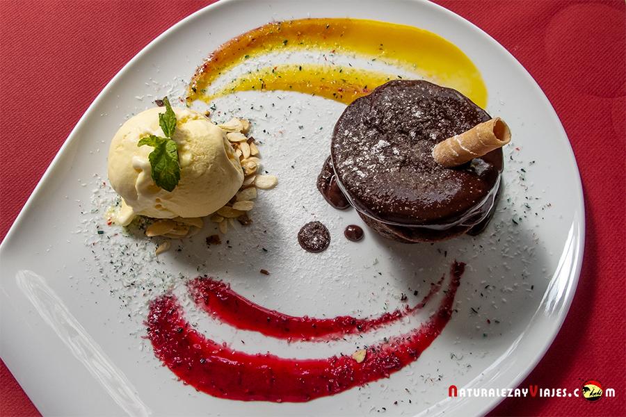 Postre de helado y chocolate para comer en Sagres