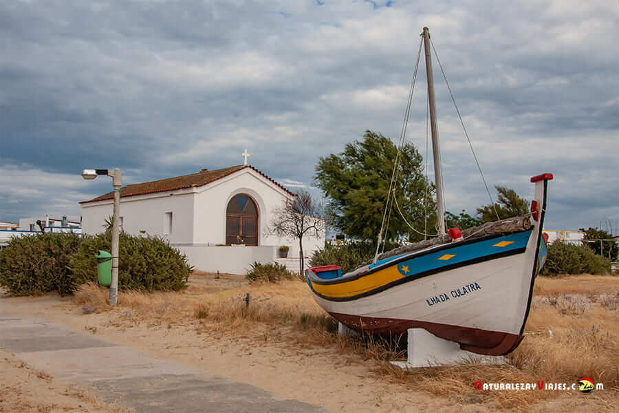 Iglesia y baraca en la isla de Culatra