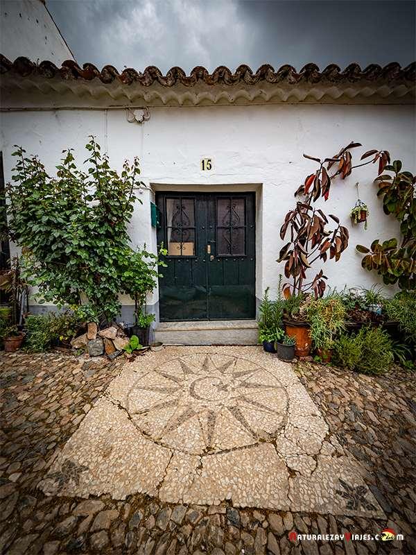 Llanos y mosaico de piedras en Linares, uno de los pueblos más bonitos de la Sierra de Huelva.