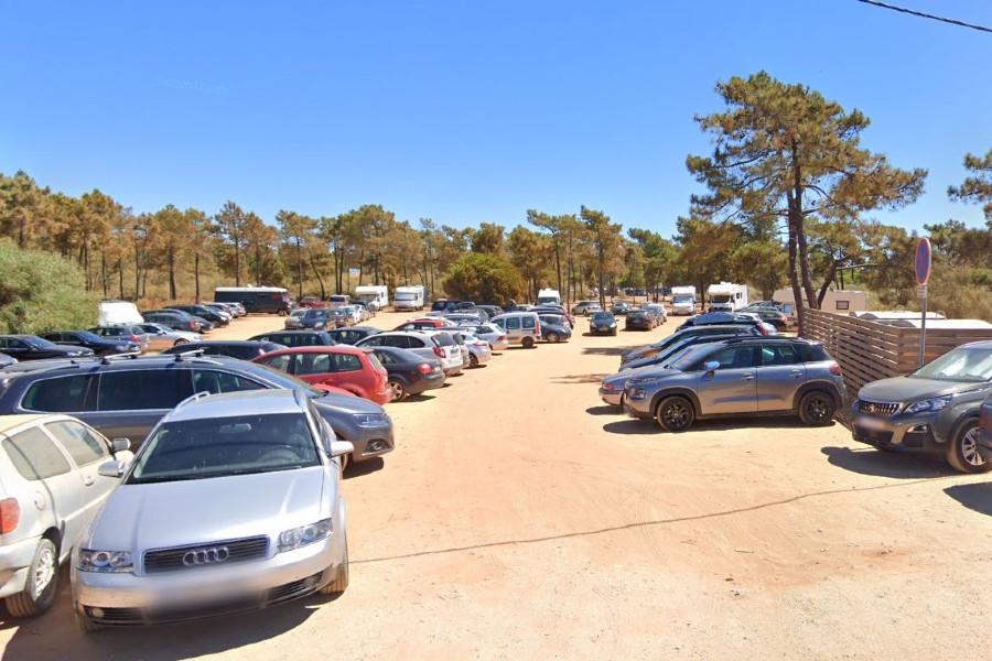 Parking Playa do Cabeço para dormir y aparcar en Algarve
